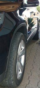 schwarzes auto mit poliermaschine poliert